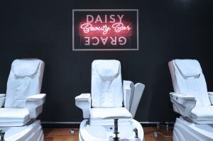 Ljusskyltar vid Daisy Grace   Holmquistsign